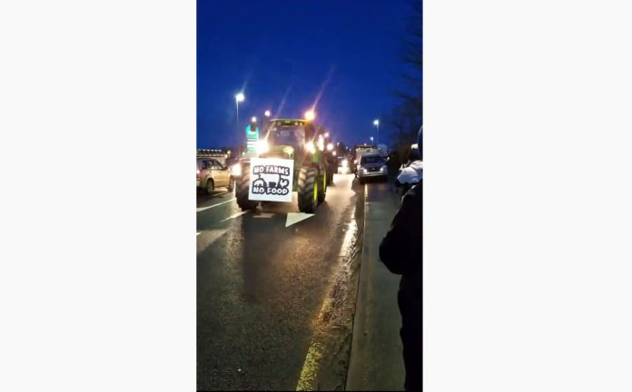VIDEO: Tractors and jeeps make their way to protest in Dublin